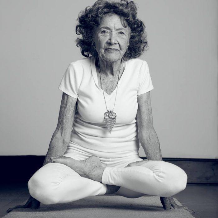 mujer-de-98-anos-practica-yoga-700x700