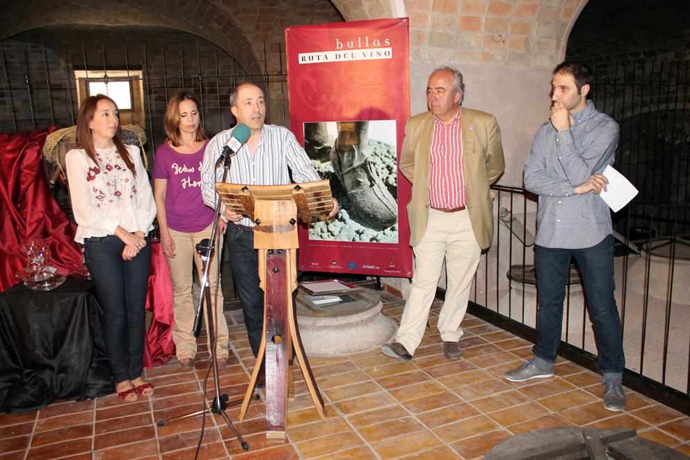 La alcaldesa de Bullas, la presidenta de la Ruta del Vino, el director del Museo del vino, el presidente de la D. O. Bullas y el secretario de la Ruta del vino, en la lectura del fallo del jurado