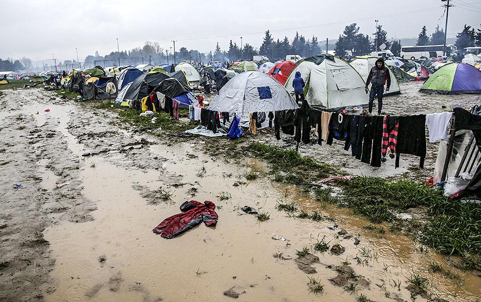 YAN41 IDOMENI (GRECIA) 09/03/2016.- Vista general del campamento de refugiados, en la frontera entre Grecia y Macedonia, cerca de Idomeni (Grecia) hoy, 9 de marzo de 2016. Grecia estima que más de 25.000 migrantes esperan en Idomeni para cruzar la frontera. Eslovenia, Croacia y Serbia han comenzado hoy a aplicar restricciones fronterizas para restaurar la normativa Schengen, lo que supone el cierre efectivo de la ruta de los Balcanes para los refugiados. La medida no ha supuesto ninguna alteración en las fronteras de estos países porque los refugiados llegan a cuentagotas tras el cierre de la frontera de Macedonia con Grecia a finales de febrero, informaron los medios locales. EFE/Valdrin Xhemaj