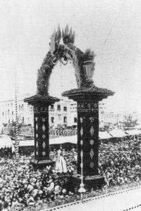 Arco sobre el Puente Viejo, por la Coronación del 29.