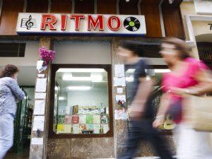 29/09/2016. En la tienda música Ritmo en la Calle Sociedad, Han dejado varios mensajes de condolencia en la pared por el fallecimiento del dueño