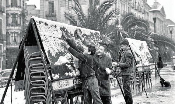 Instantánea del fotógrafo López que muestra a unos niños jugando en La Glorieta. Es de los años sesenta. / López