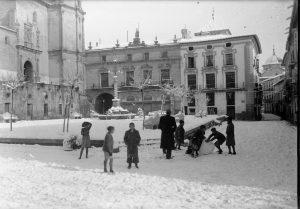 Un grupo de pequeños durante la nevada de 1951.