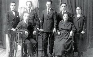 Fotografía de la familia Collado-Pérez, realizada en el año 1920, cedida por Andrés y Francesc Collado y que aparece en la publicación de Joaquín Ruiz y Cristina López.