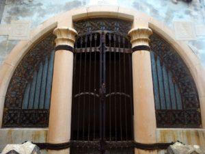 Fachada del panteón de Francisco Povo, con las cruces templarias.